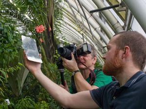 Attendees had a chance to try different photography techniques, including the use of mirrors to shine light on the objects./Účastníci měli možnost si vyzkoušet různé fotografické techniky, včetně používání odrazných ploch pro přisvícení objektu