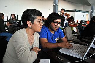 La investigadora Lilia Martínez y Torres con Noé Domínguez subiendo el artículo sobre Lorenzo Becerril durante el editatón.