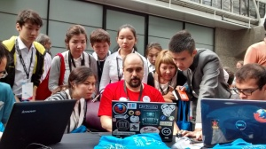 Amir Aharoni of the Wikimedia Language Engineering team introduces the Content Translation tool to the student delegation from Kazakhstan at Wikimania 2014, in London.