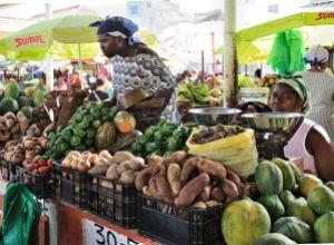 """Praia market potatoes manioc"" by Cayambe, under CC-BY-SA-3.0"