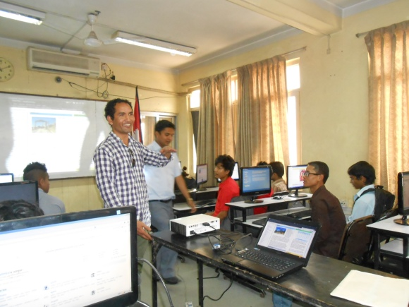 Krish Dulal mentors a class on how to edit Wikipedia. Photo by Srijana Timsina, freely licensed under CC BY-SA 3.0.