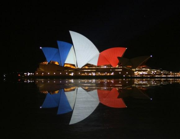 Sydney_Opéra_House_(tricolore_flag)_14_&_15_&_16_November_2015