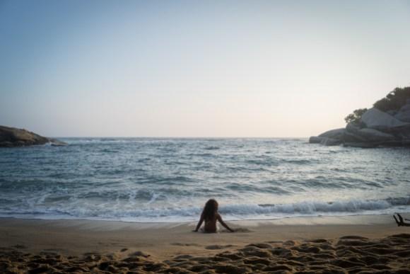 Niña_admira_la_playa_del_Parque_Tayrona